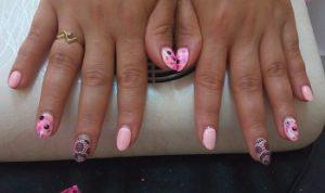 маникюр в розово с мрежи и точици