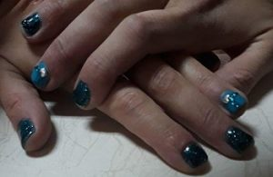 маникюр в синьо с метални частици