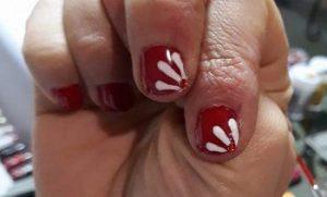 маникюр в червено с бяла декорация